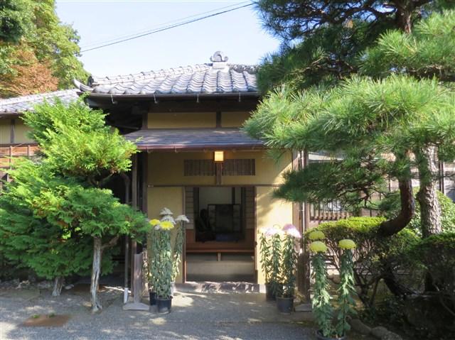 11月18日、旧安田善次郎邸の4畳半の光豊かなお茶室で、大磯茶道協会の先生方に席主となっていただき、お茶の経験のない方も申し込みできる、お点前を楽しむ会が今年も